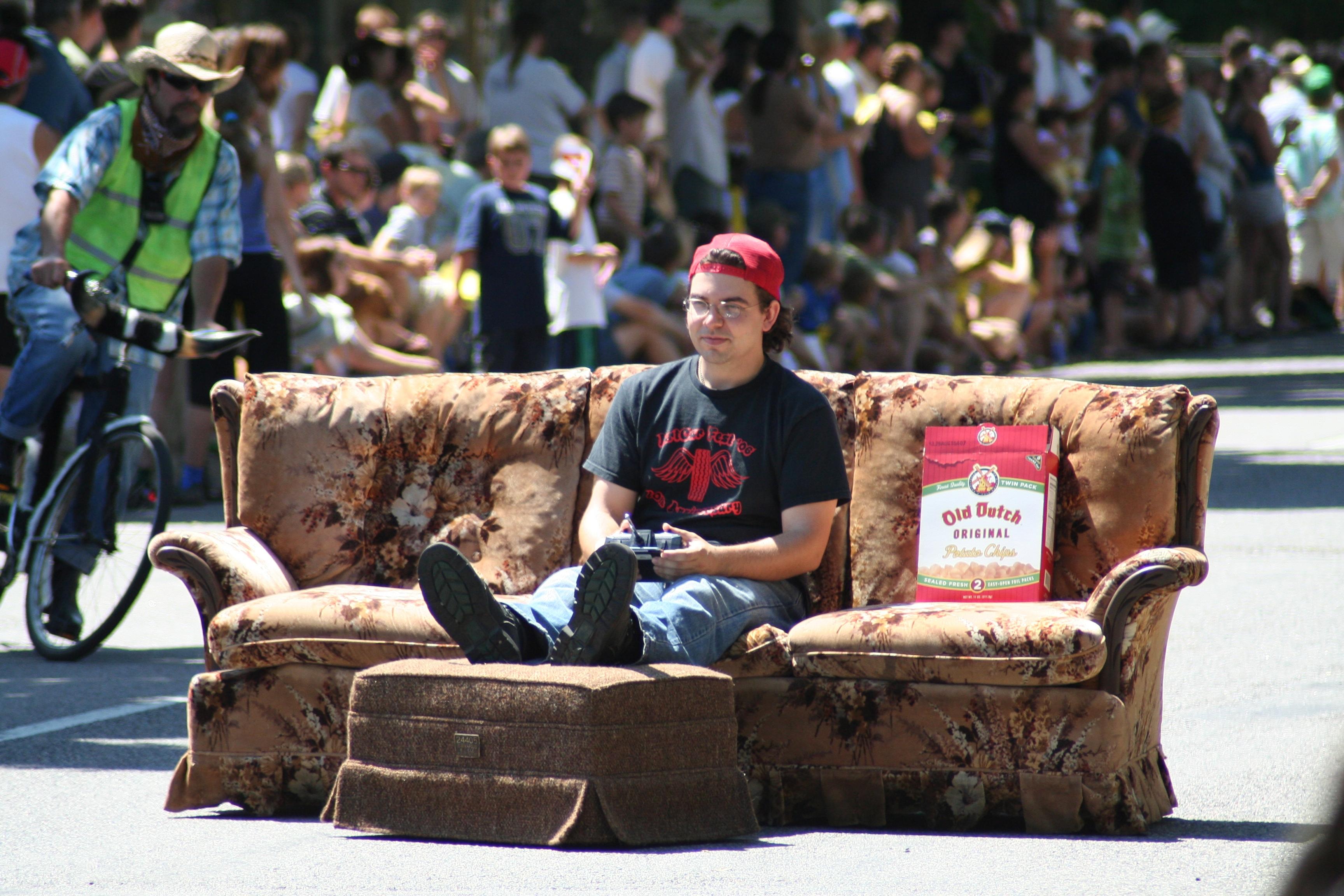 File:Couch Car @ Minneapolis Art Car Parade (870290100)