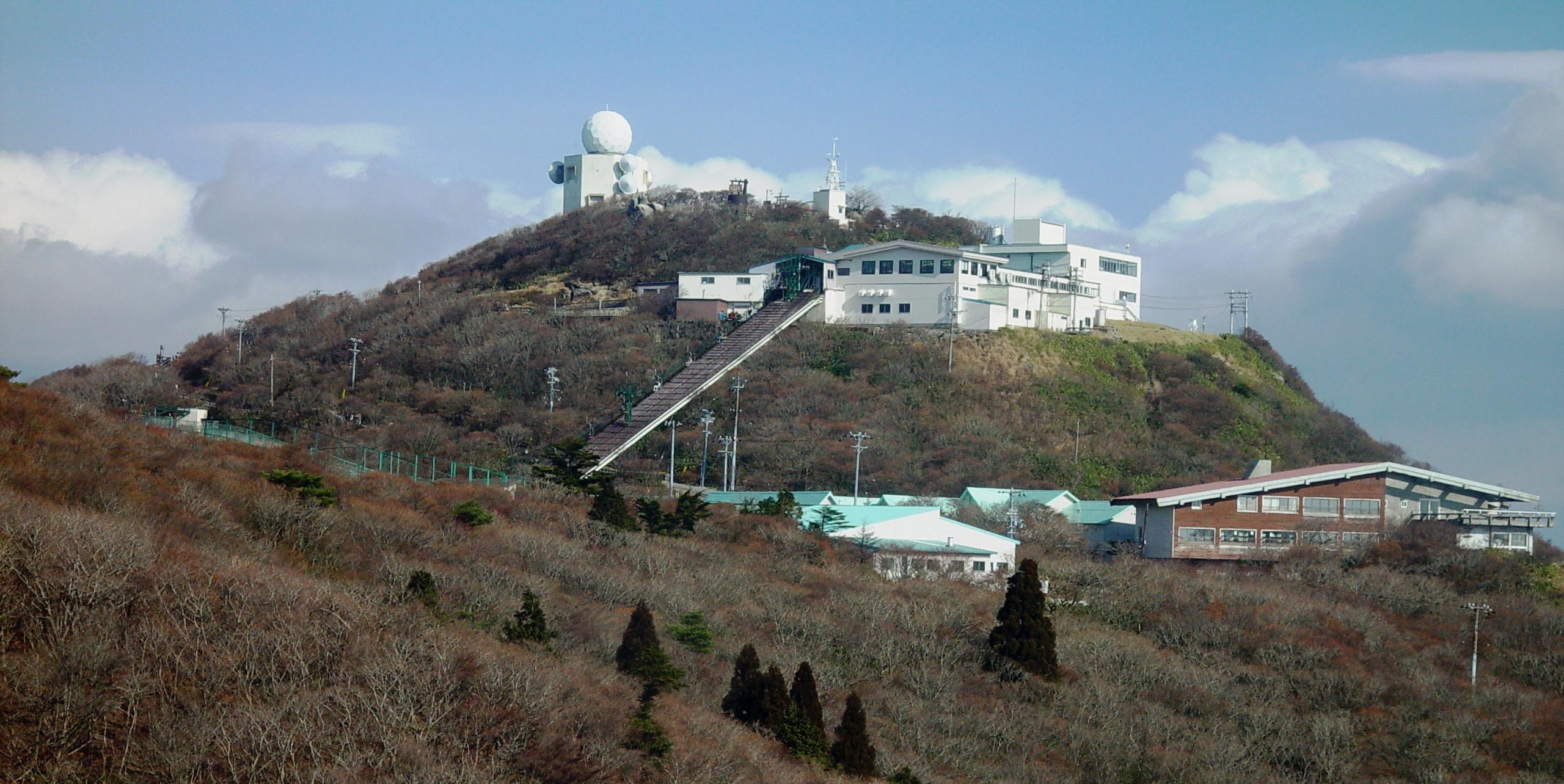 https://upload.wikimedia.org/wikipedia/commons/3/3c/Gozaisho_Ropeway_and_zoo_2001-12-02.jpg?download