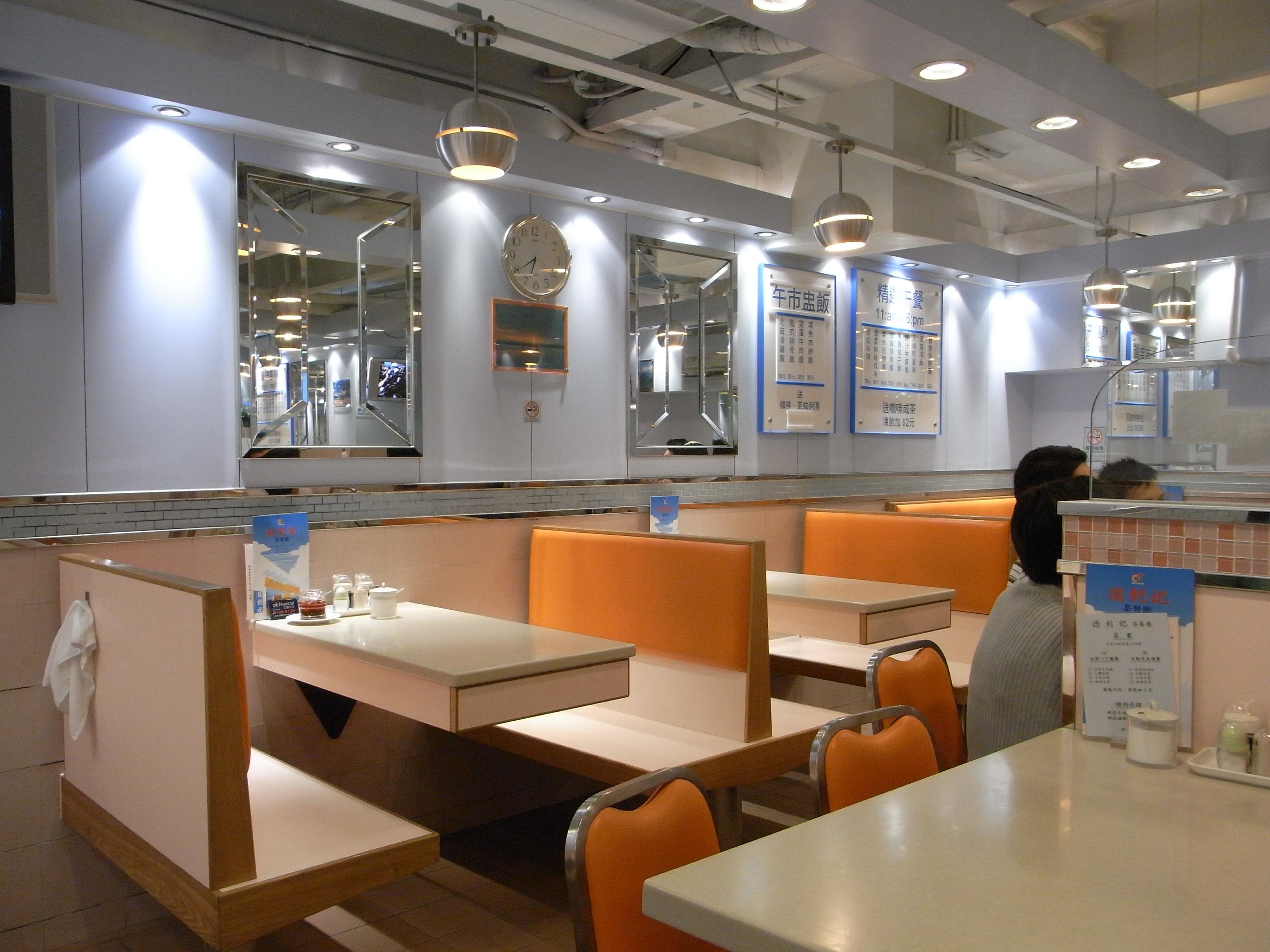 茶餐廳的較屬一般民眾的聚會場所,消費的金額也較平價,因此下班時段總會湧入許多光顧的民眾