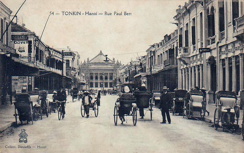 Carte postale de la rue Paul Bert avec l'Opera en toile de fond à Hanoi pendant l'Indochine française - Photo de Dieulefils