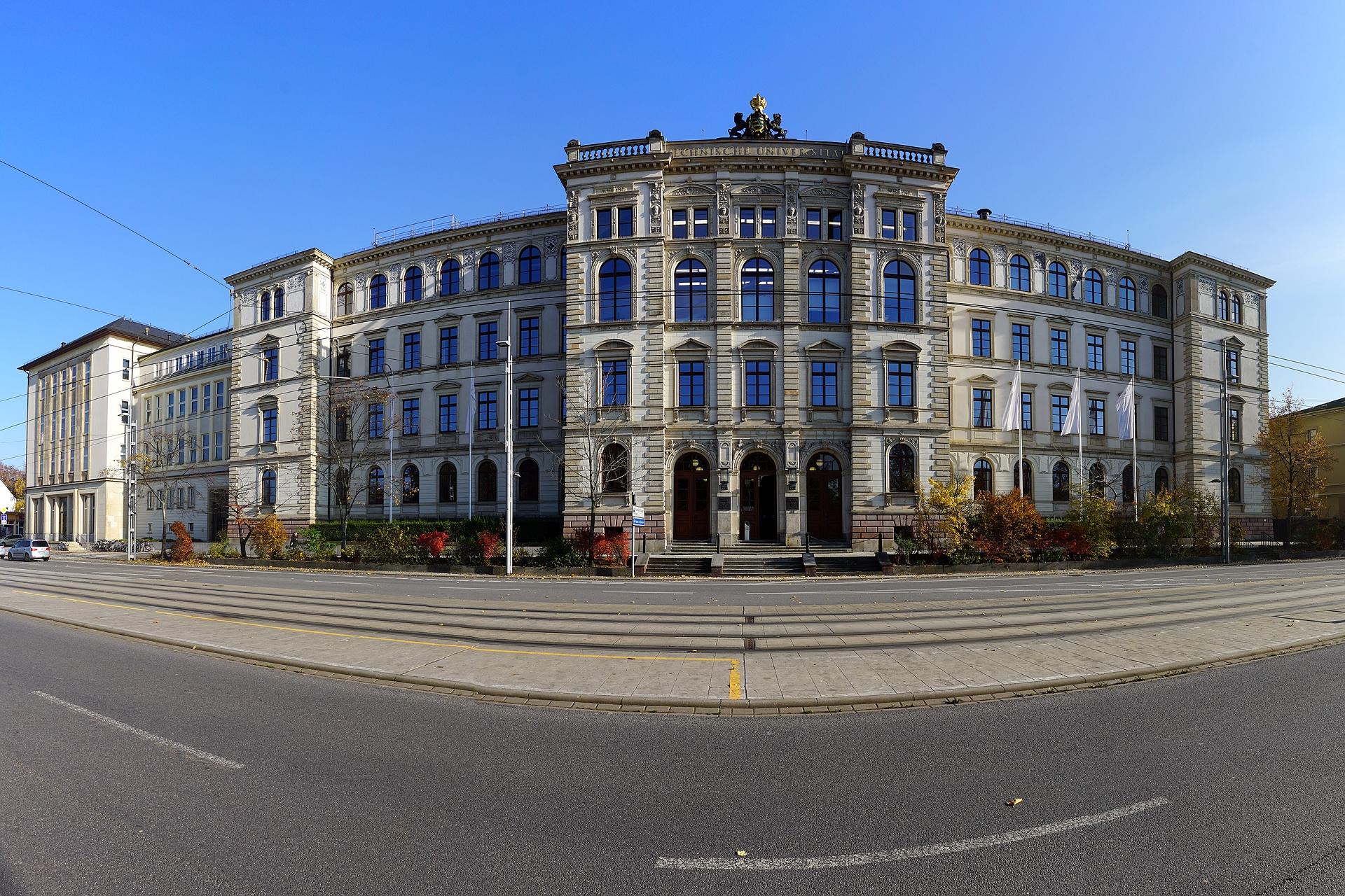 File:Hauptgebäude der TU Chemnitz, 2015.jpg - Wikimedia