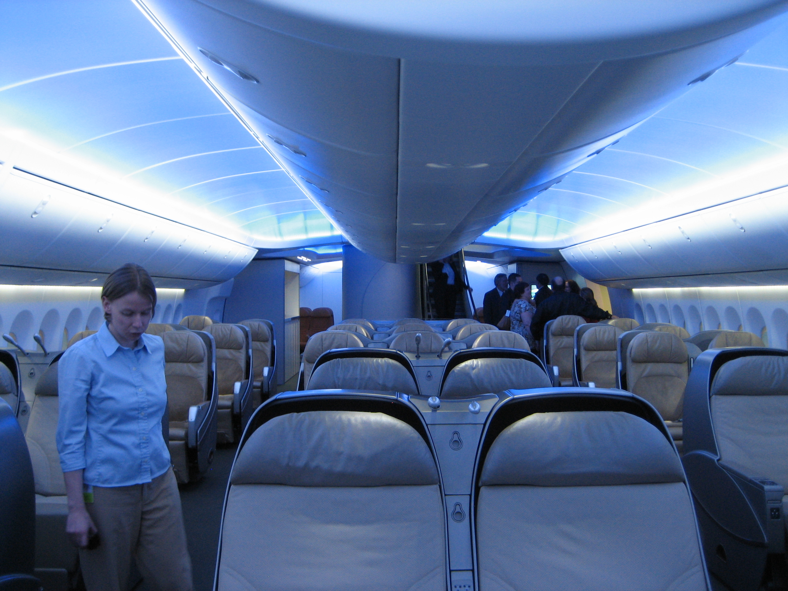 File interior boeing 747 8i main wikimedia commons for Interieur avion ryanair