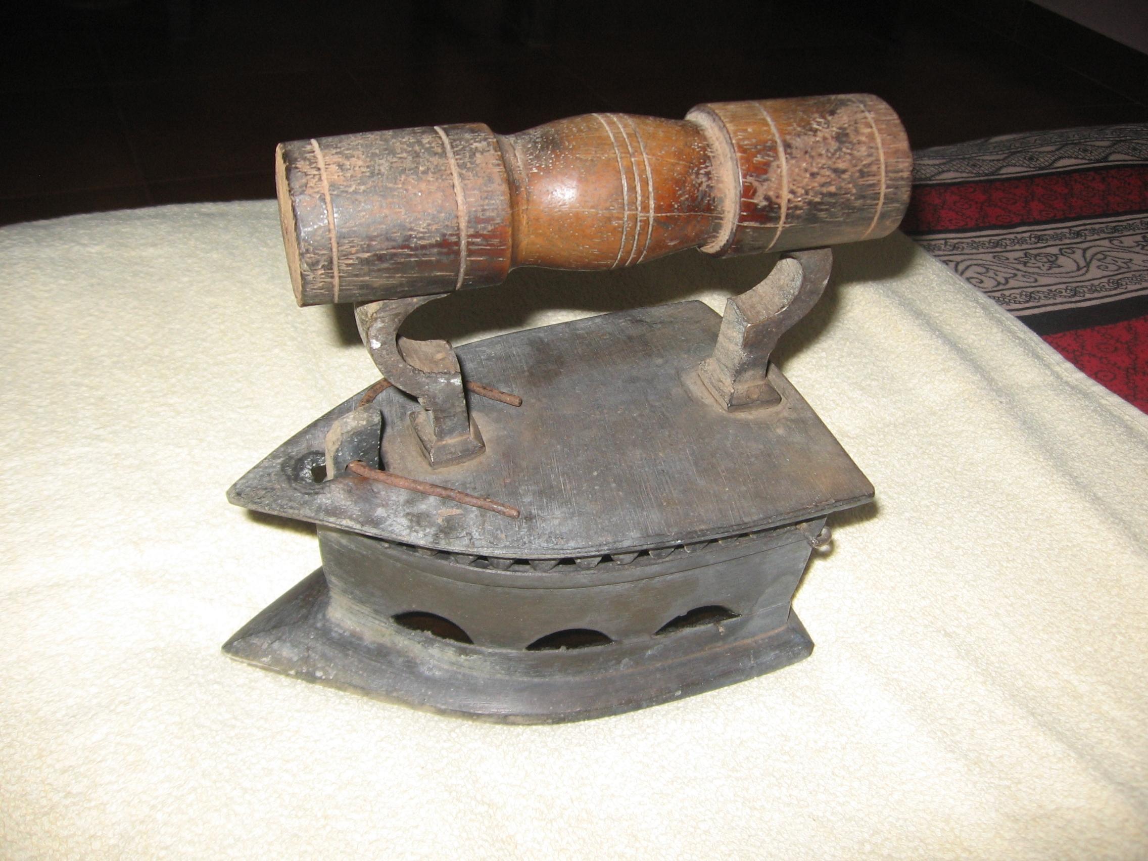 File:Iron Box 01.jpg - Wikimedia Commons