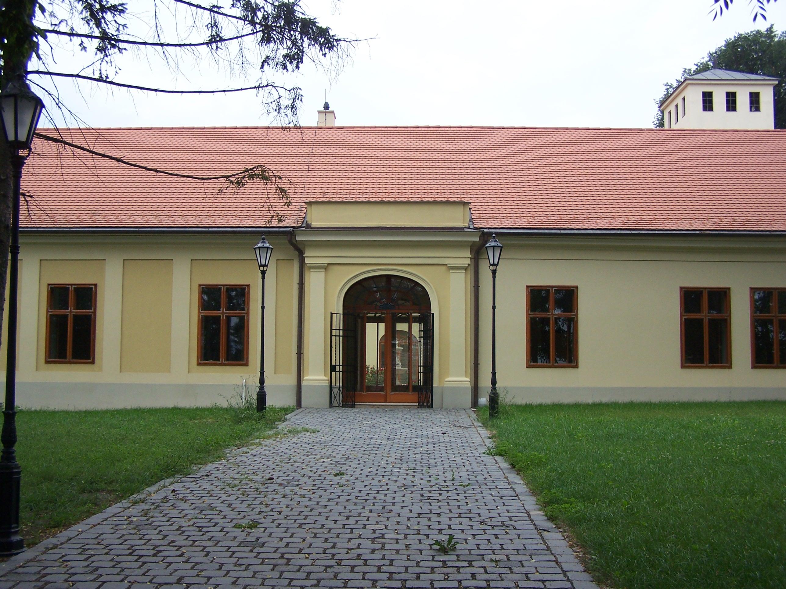 Latinovits-Bottlik-kúria (7561. számú műemlék).jpg