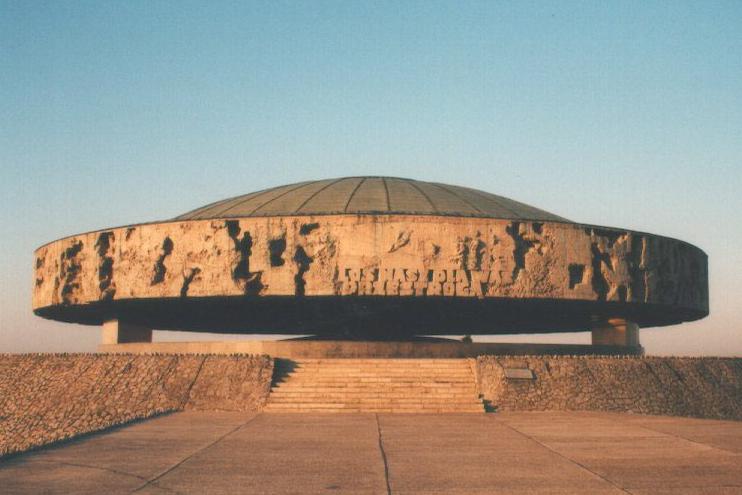Fichier:Majdanek mausolee.jpg