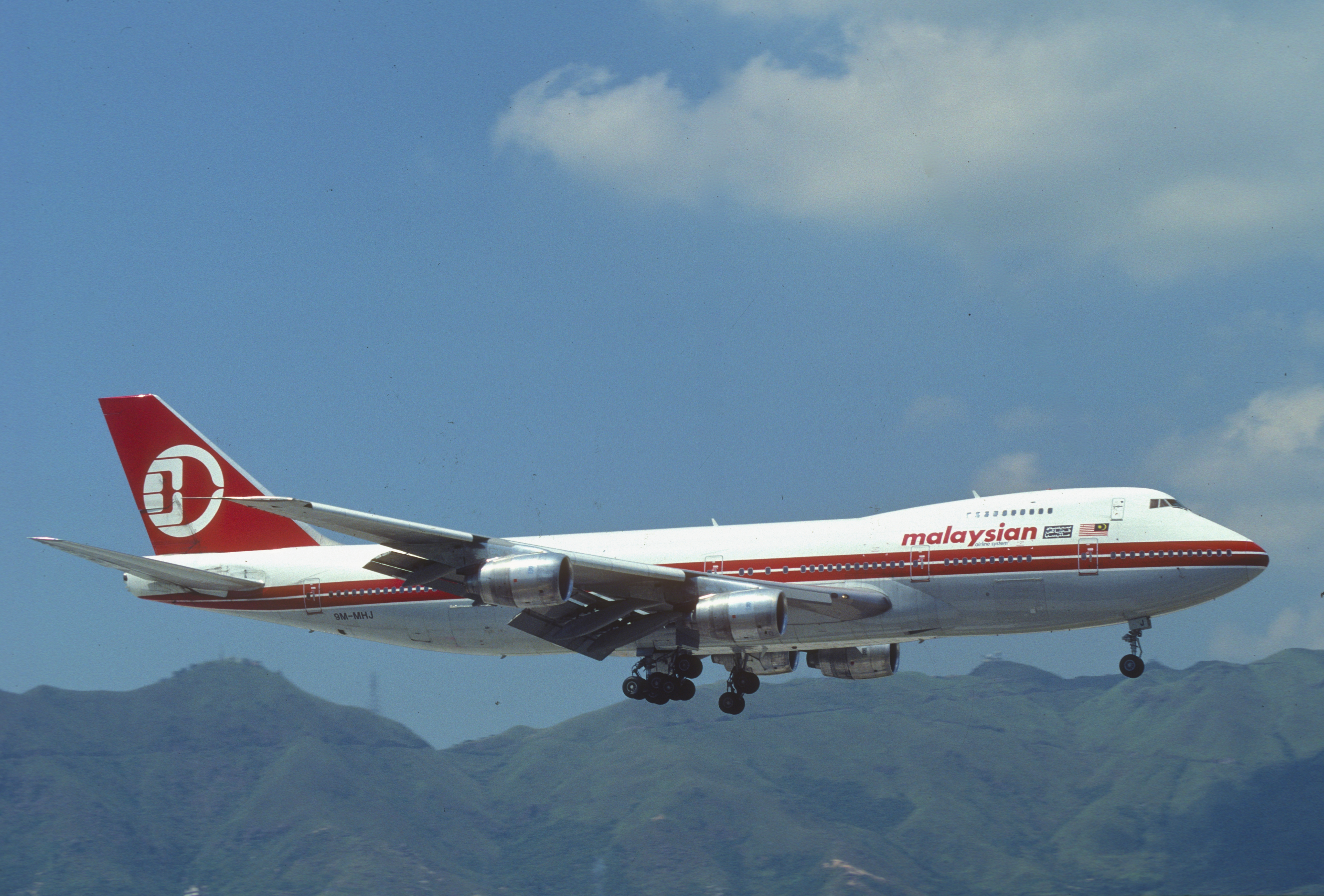 http://upload.wikimedia.org/wikipedia/commons/3/3c/Malaysia_Airlines_Boeing_747-236B%3B_9M-MHI,_June_1988_(5647222547).jpg