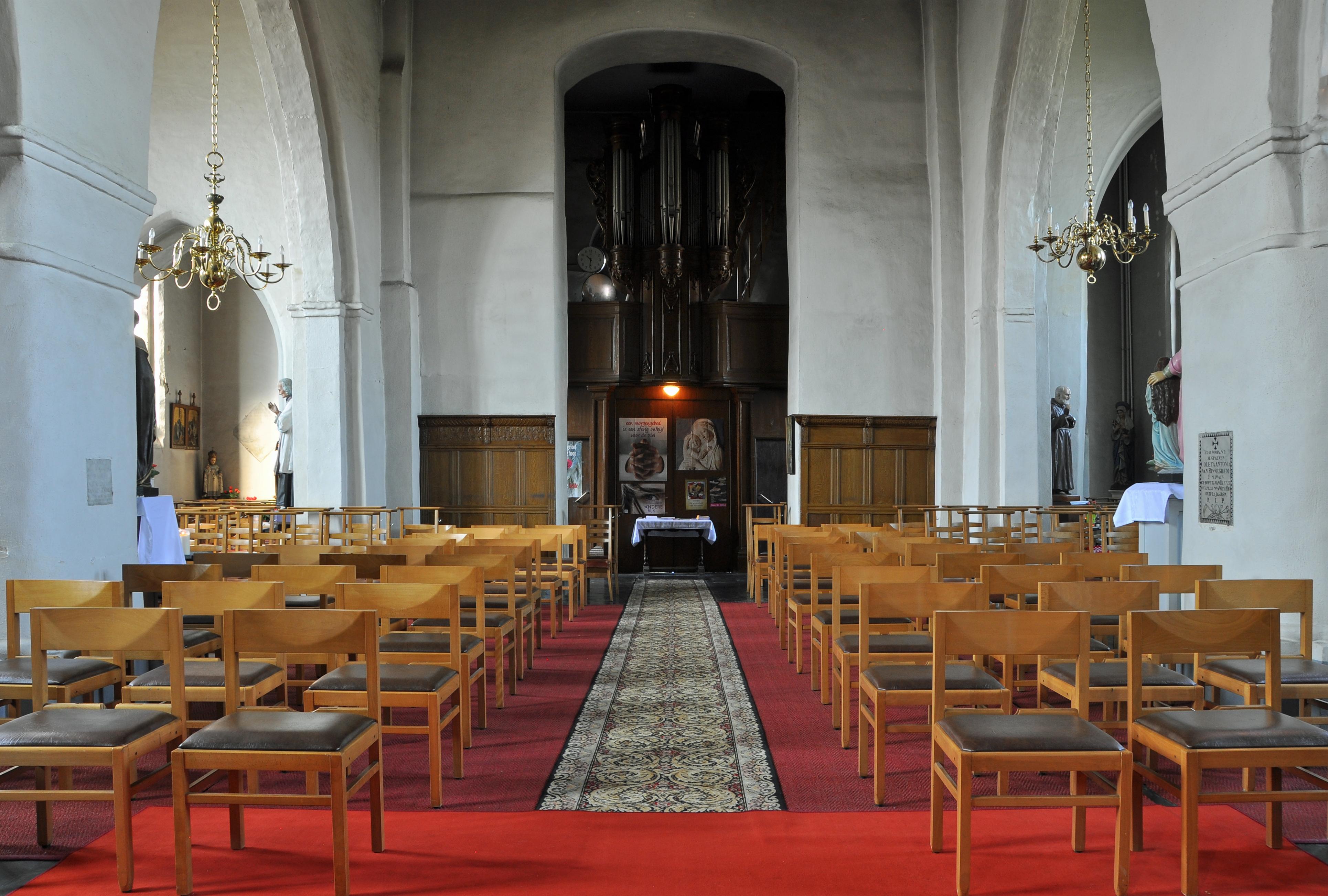 https://upload.wikimedia.org/wikipedia/commons/3/3c/Meetkerke_Interieur_Kerk_R02.jpg