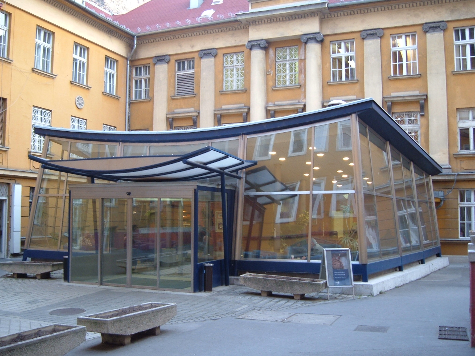 Az egykori Magyar Rádió épületének részlete a Pagodával.