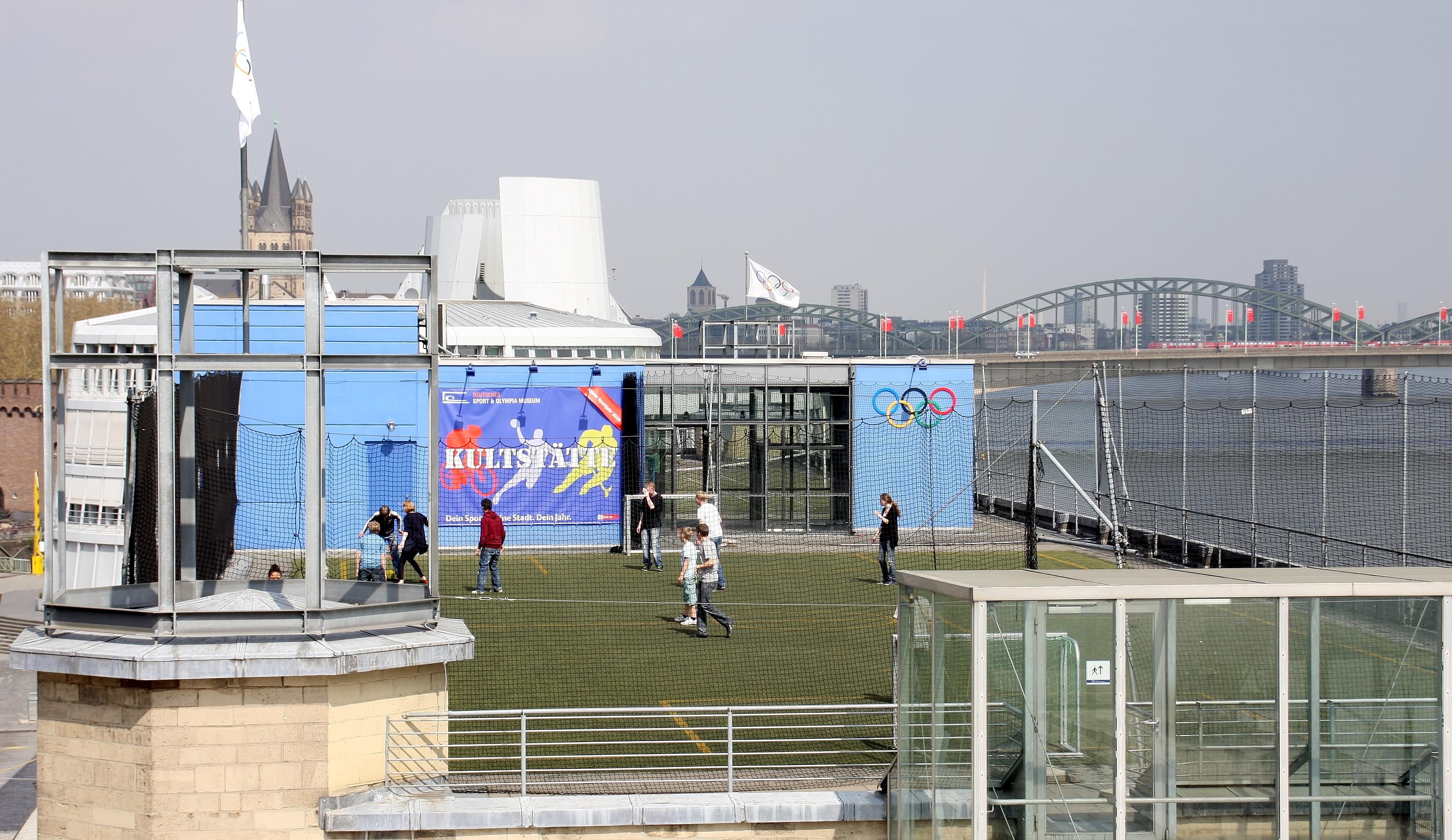 file rheinauhafen sport und olympiamuseum sportplatz auf dem dach 8734 jpg wikimedia