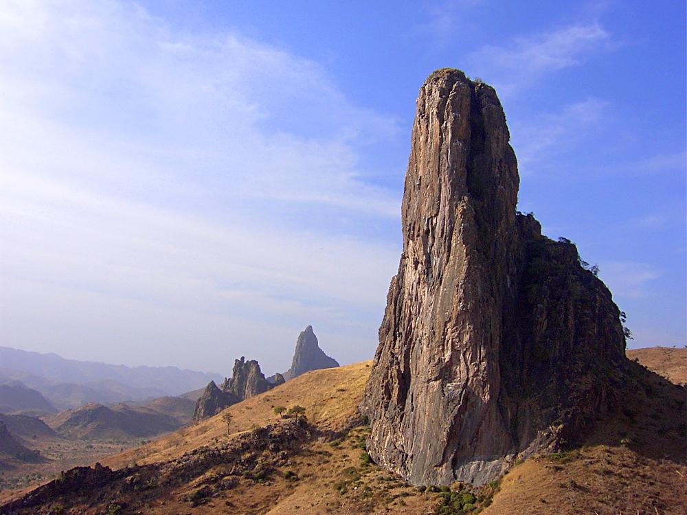 Colokan vulkanik menghiasi lanskap dekat Rhumsiki, Region Ujung Utara.