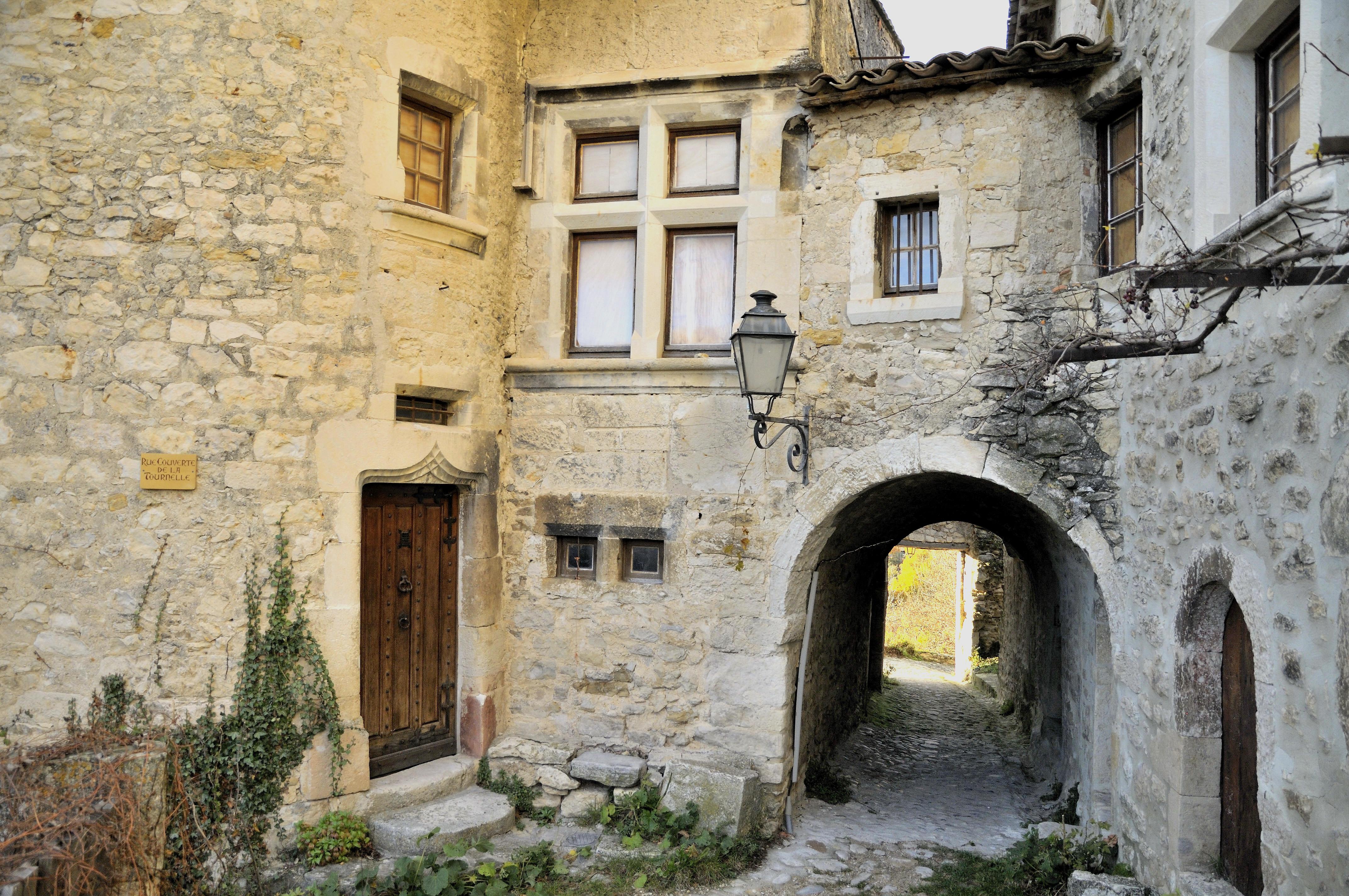 file vieille maison du village jpg wikimedia commons On maison du voilage