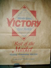 English: This is a paper bag from Victory Supe...