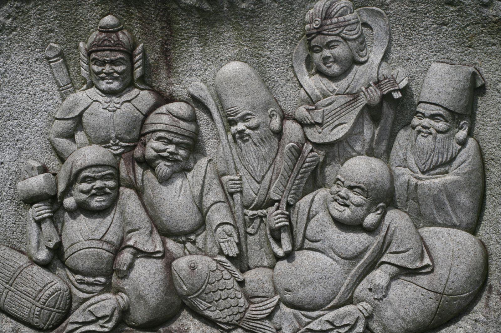 7 japońskich bóstw szczęścia: Daikokuten (Shiva, Mahakala), Bishamonten, Ebisu, Fukurokuju, Benzaiten, Hotei i Jurōjin.
