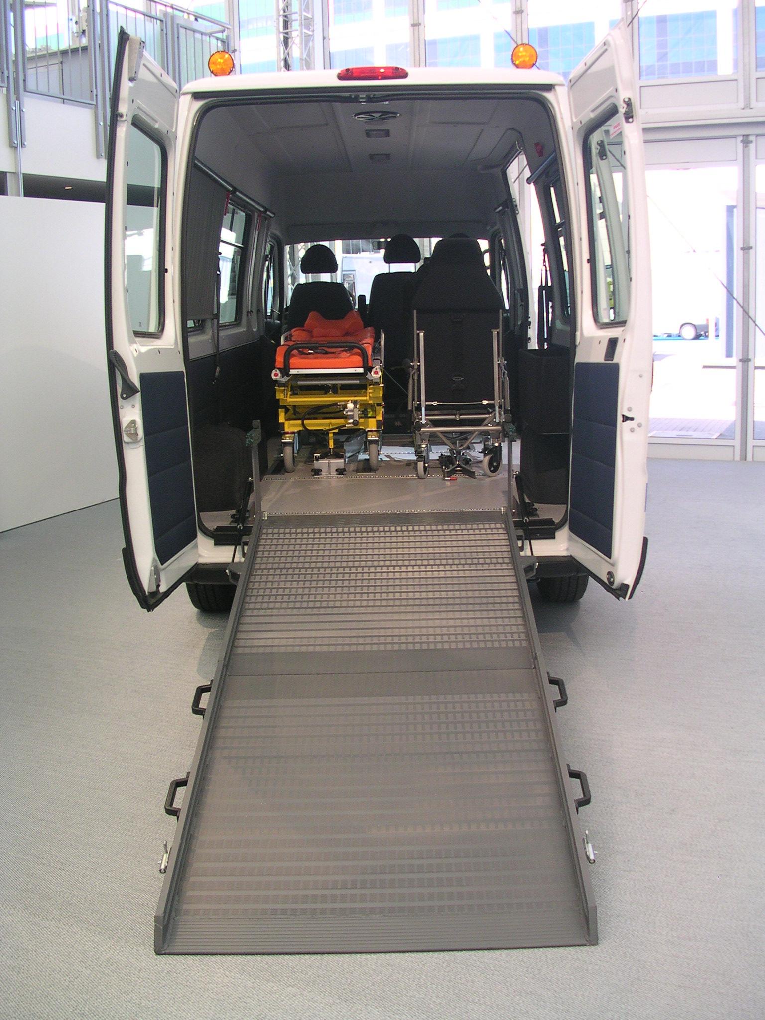 Behindertentransporter mit Rollstuhlrampe.jpg