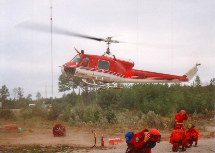 Archivo:Bell204CandFireFighters04.JPG
