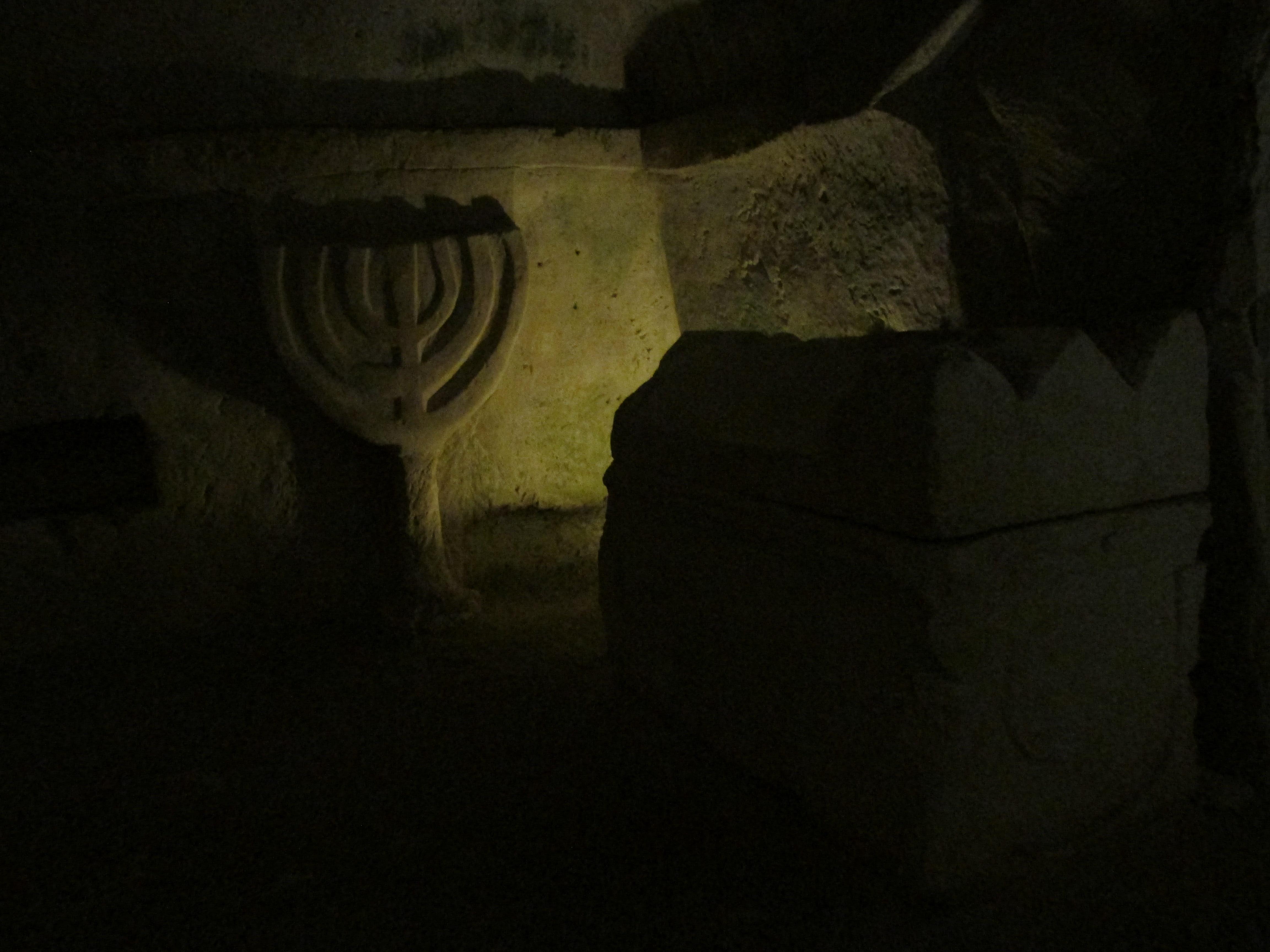 Man Cave Bet Wiki : File bet shearim cave of coffins menorah g wikimedia