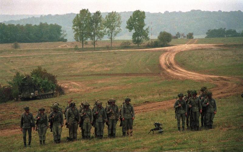 File:Bundesarchiv B 145 Bild-F073486-0035, Manöver, Bundeswehr-Soldaten.jpg