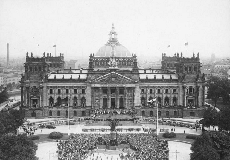 Platz der Republik, Bundesarchiv, Bild 102-03034 / Georg Pahl / CC-BY-SA 3.0 [CC BY-SA 3.0 de (https://creativecommons.org/licenses/by-sa/3.0/de/deed.en)], via Wikimedia Commons