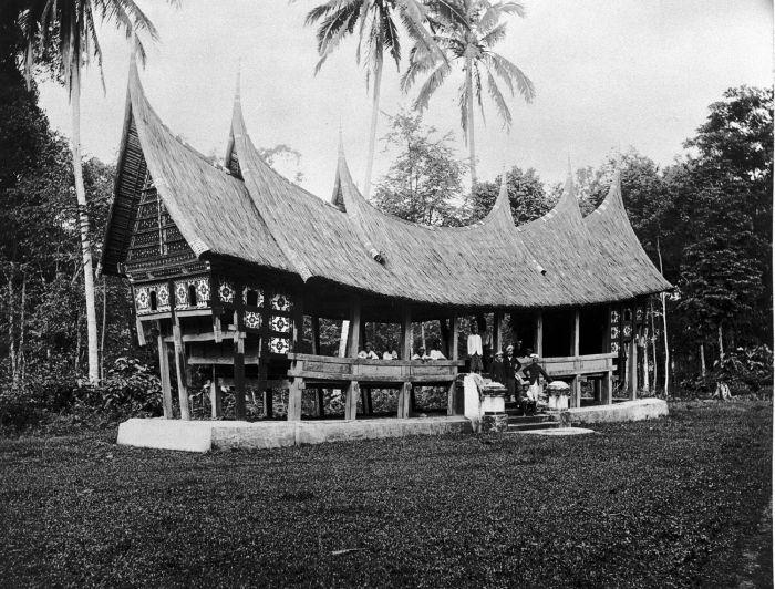 Berkas:COLLECTIE TROPENMUSEUM Het dorpshuis in Minangkabause bouwstijl te Batipoe Sumatra`s Westkust TMnr 60003548.jpg