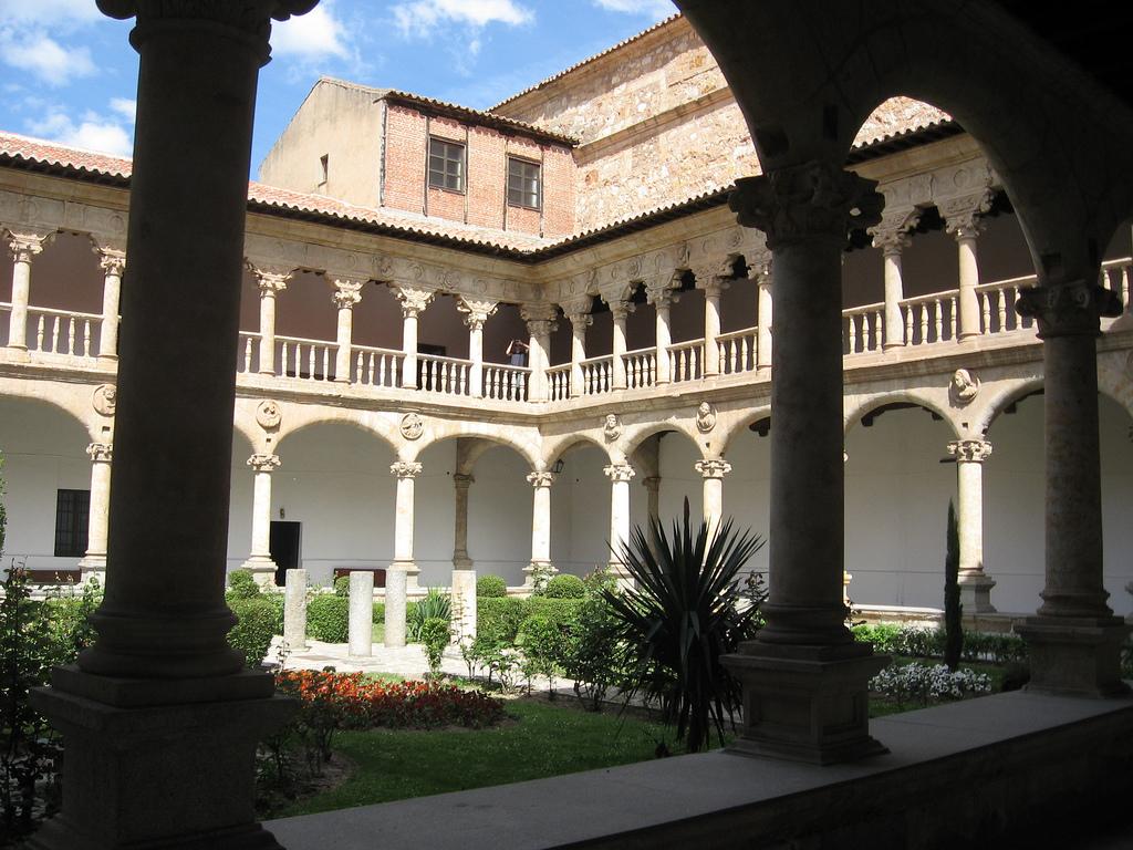 File:Claustro del «Convento de las Dueñas».jpg - Wikimedia ...