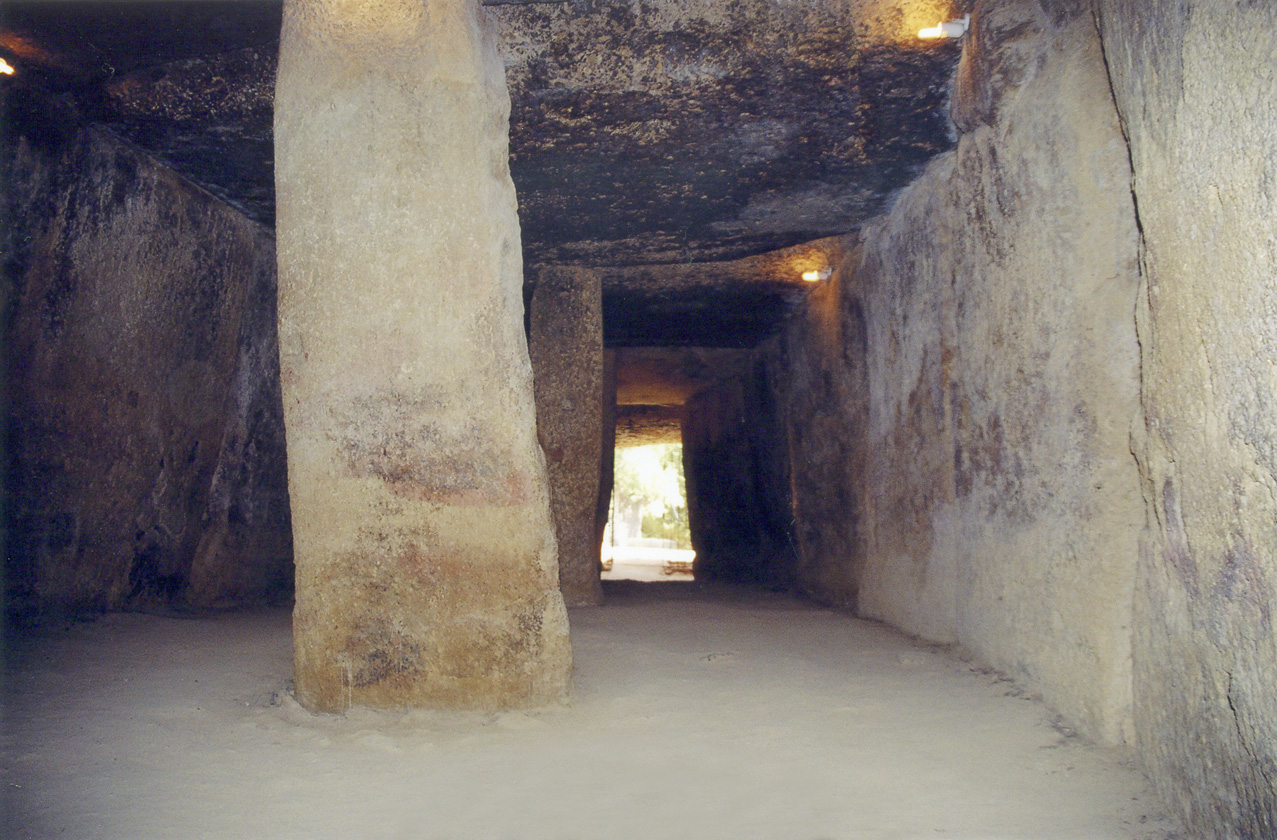 Interior de la Cueva de Menga, Antequera (Málaga, España). Dolmen evolucionado a tumba de corredor: cámara funeraria precedida de un amplio corredor formado por grandes piedras.