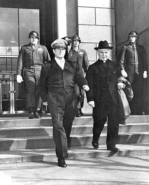 エドマンド・アロイシャス・ウォルシュ神父とダグラス・マッカーサー将軍(1948年 東京)