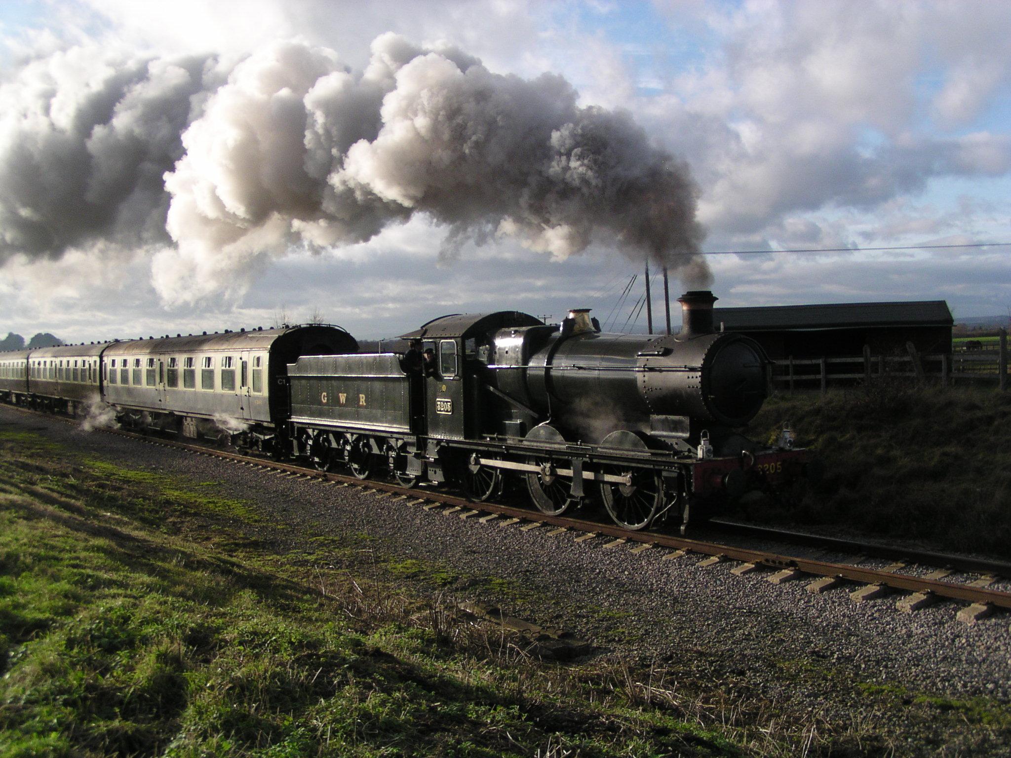 File:GWR 2251 Class 3205 departing Cheltenham Racecourse.JPG
