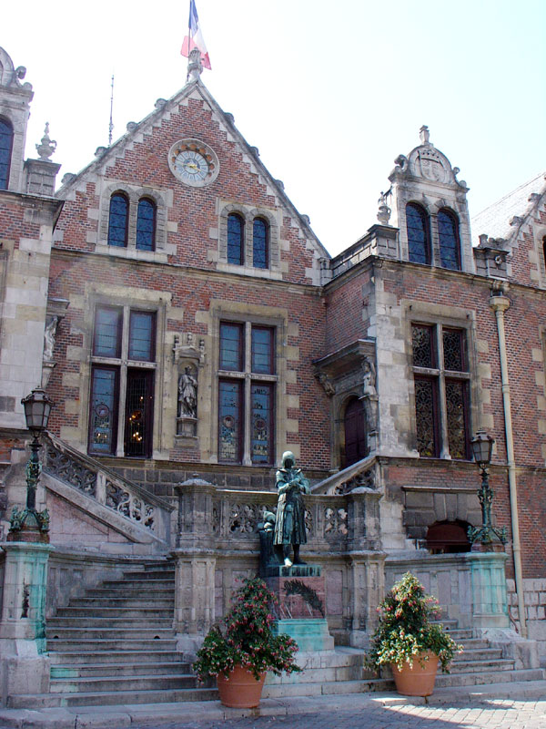 http://upload.wikimedia.org/wikipedia/commons/3/3d/HotelGroslot.jpg