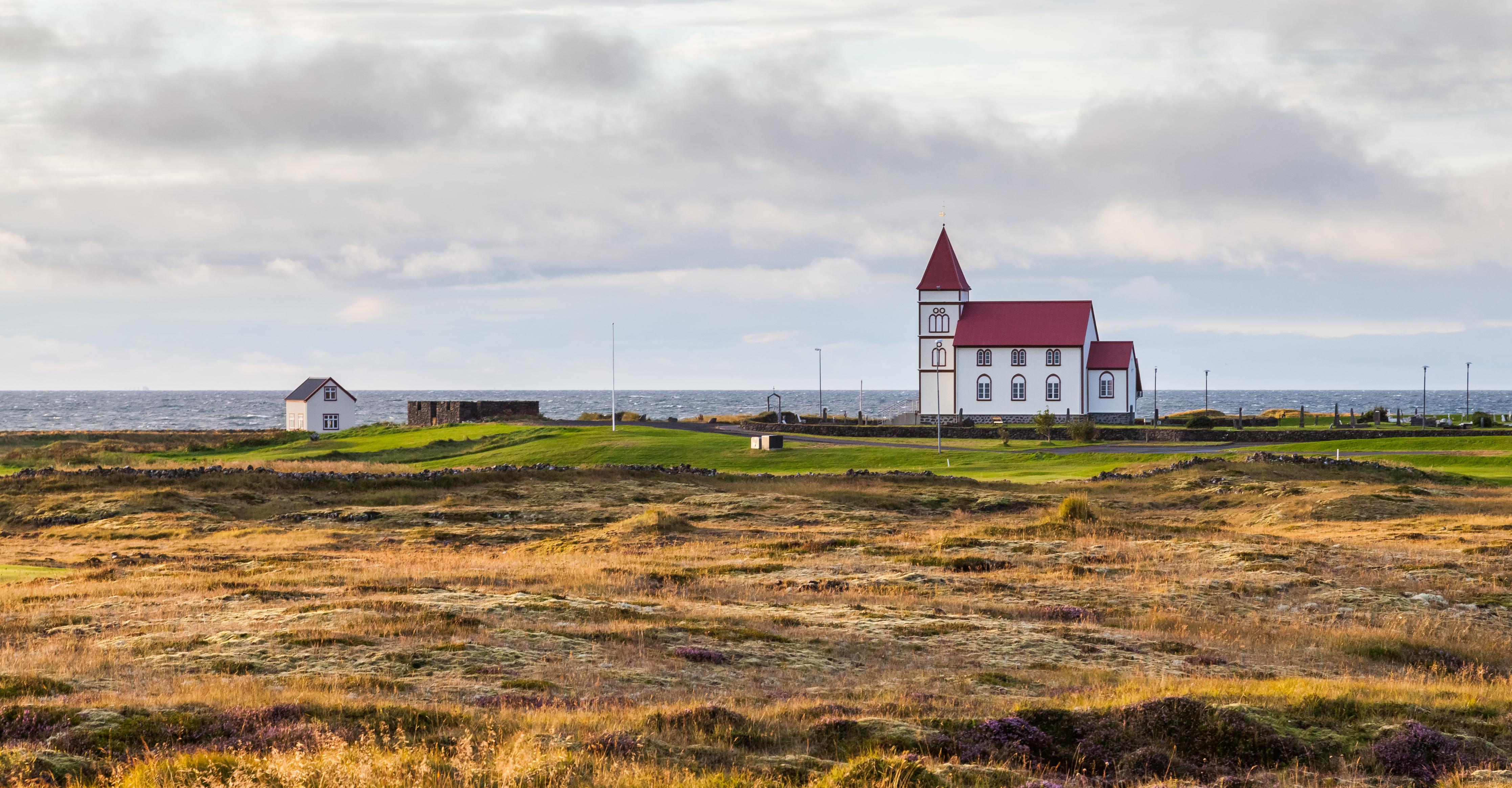 Archivo:Iglesia rural de Kalfatjorn, Suðurnes, Islandia, 2014-08-15, DD  110.JPG - Wikipedia, la enciclopedia libre