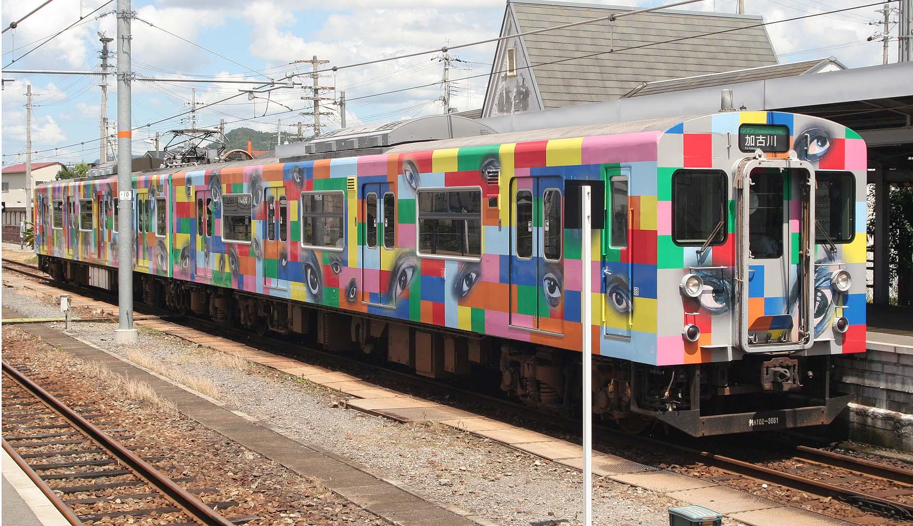 横尾忠則さんのラッピング電車の写真