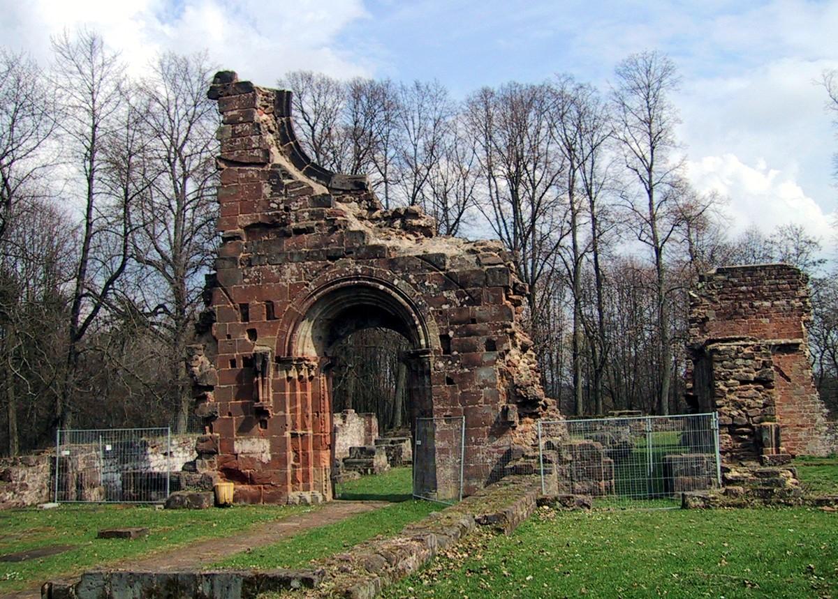 Klosterruine: Front und Eingang