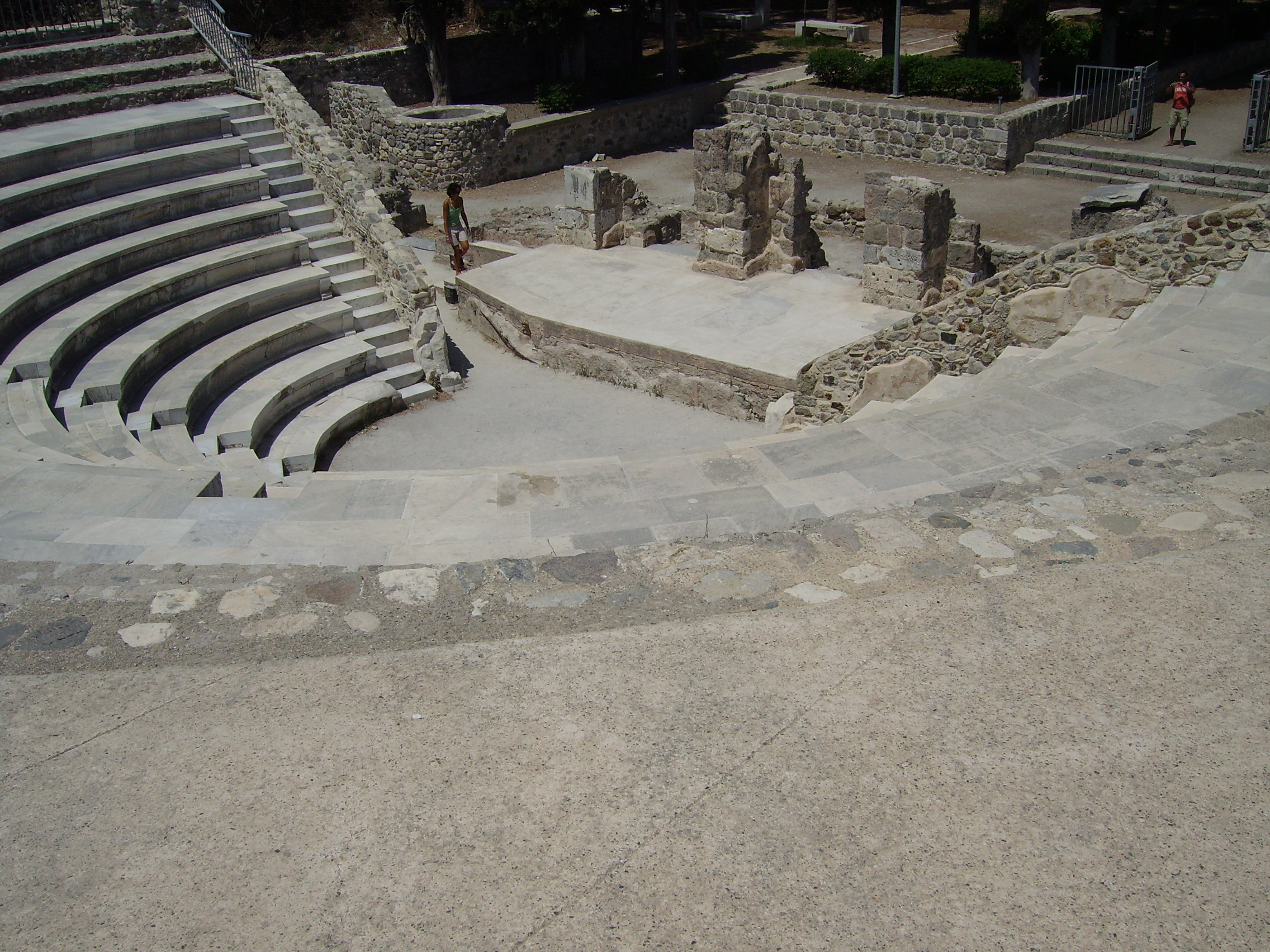 http://upload.wikimedia.org/wikipedia/commons/3/3d/Kos_odeon_03.JPG