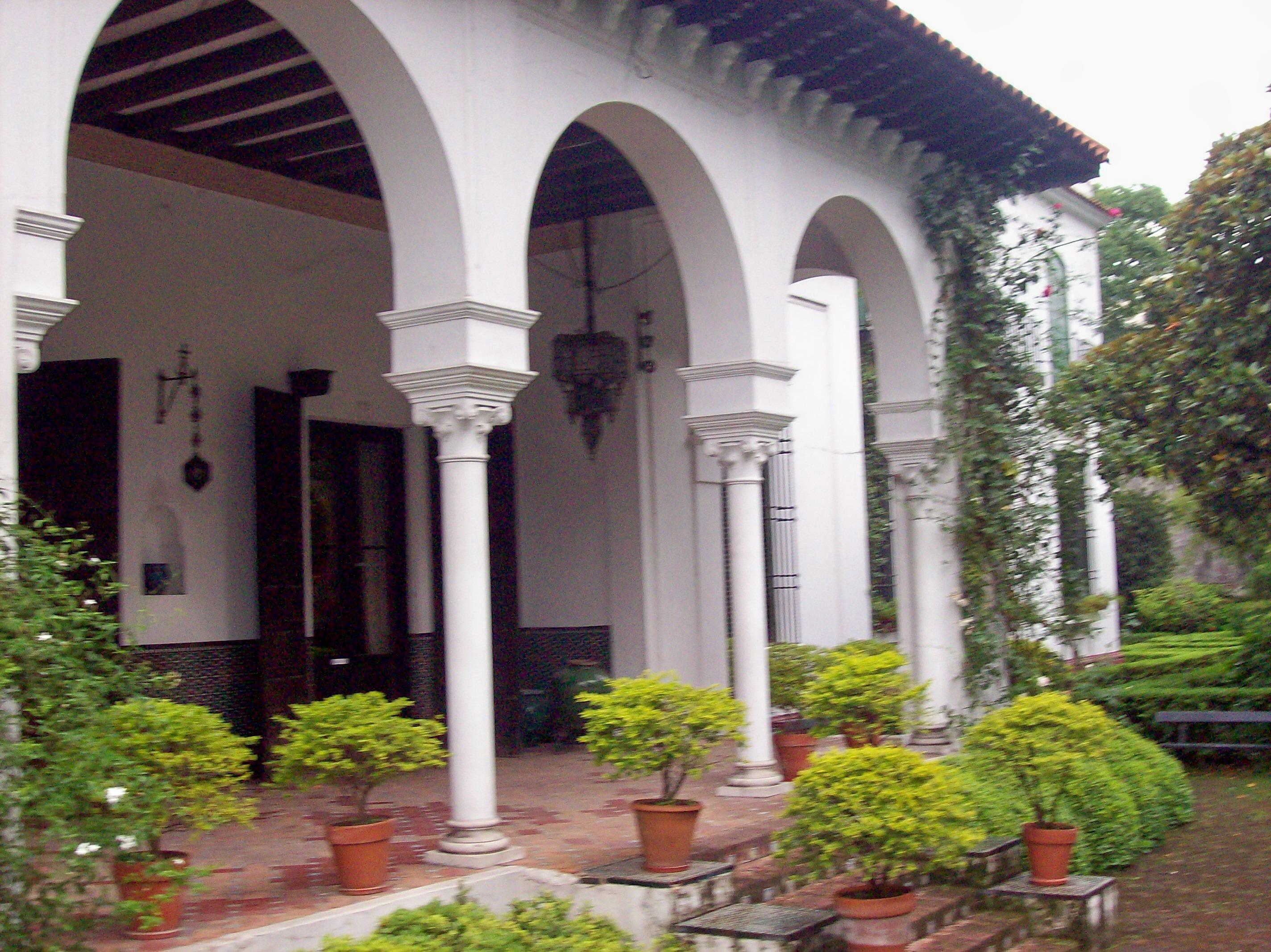 File museo de arte espa ol enrique larreta galer a jard n for Jardin spanish