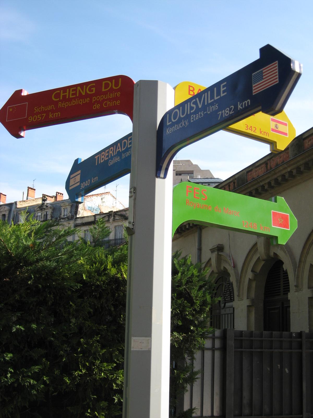 Panneau_indicateur_villes_jumelles_avec_montpellier.jpg