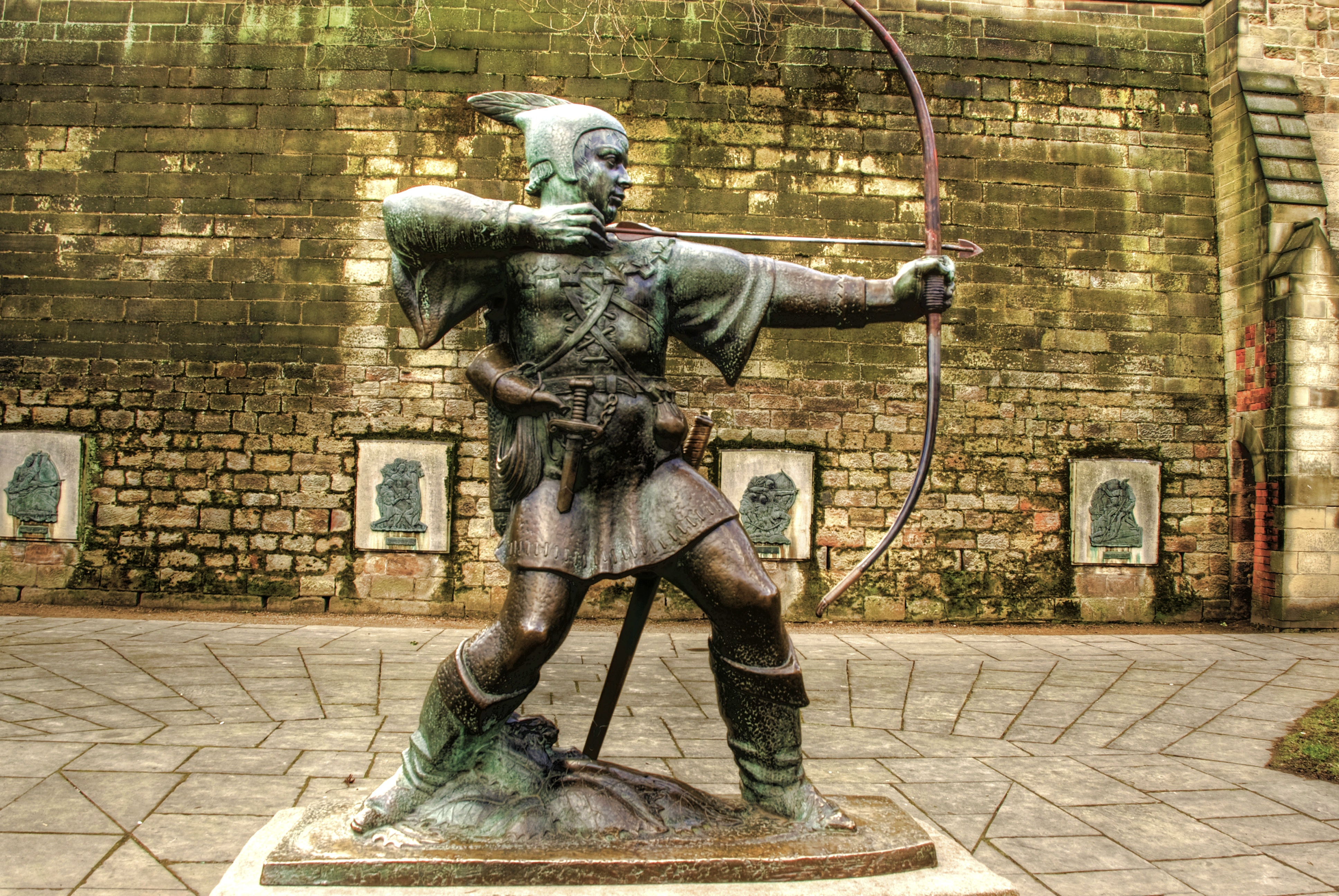 File:Robin Hood statue, Nottingham Castle, England-13March2010.jpg -  Wikimedia Commons