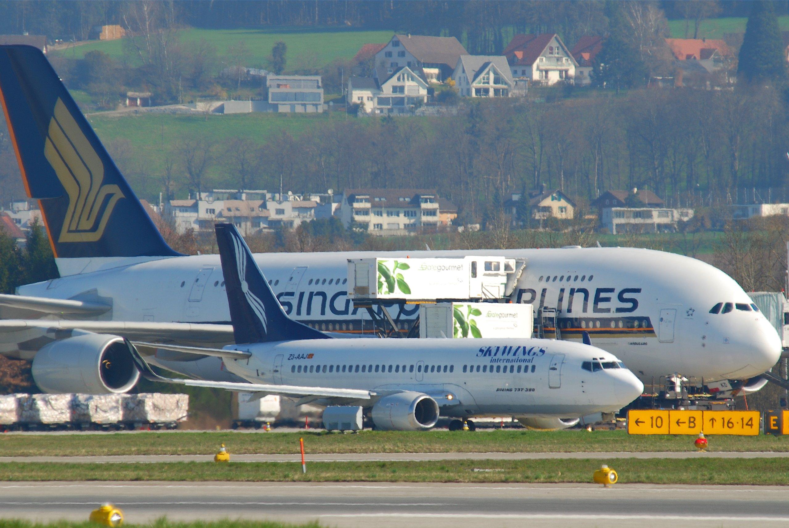 Skywings_International_Boeing_737-300%3B_Z3-AAJ%40ZRH%3B07.04.2010_570al_%284500499206%29