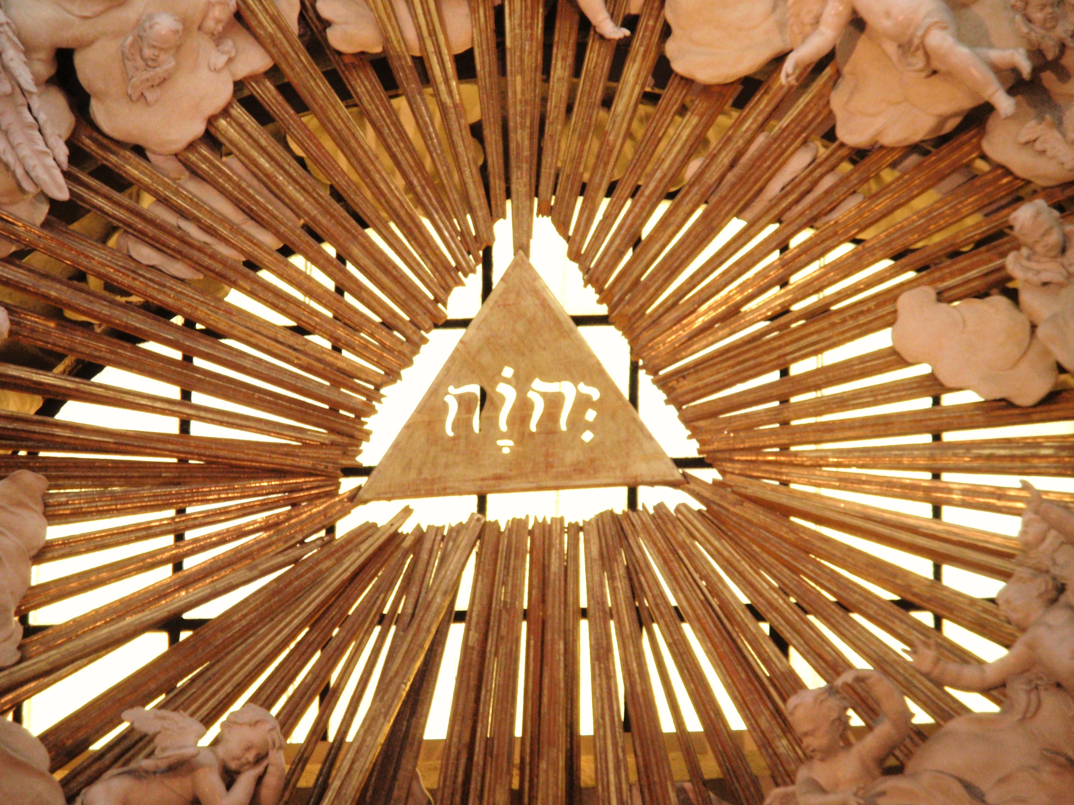 Tetragramm in der Karlskirche in Wien, Österreich. (Quelle: Wikimedia Commons, public domain)