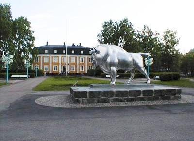 Visentstaty i rostfritt stål i Stadsparken. Visenten var symbolen för Avesta Jernverk.