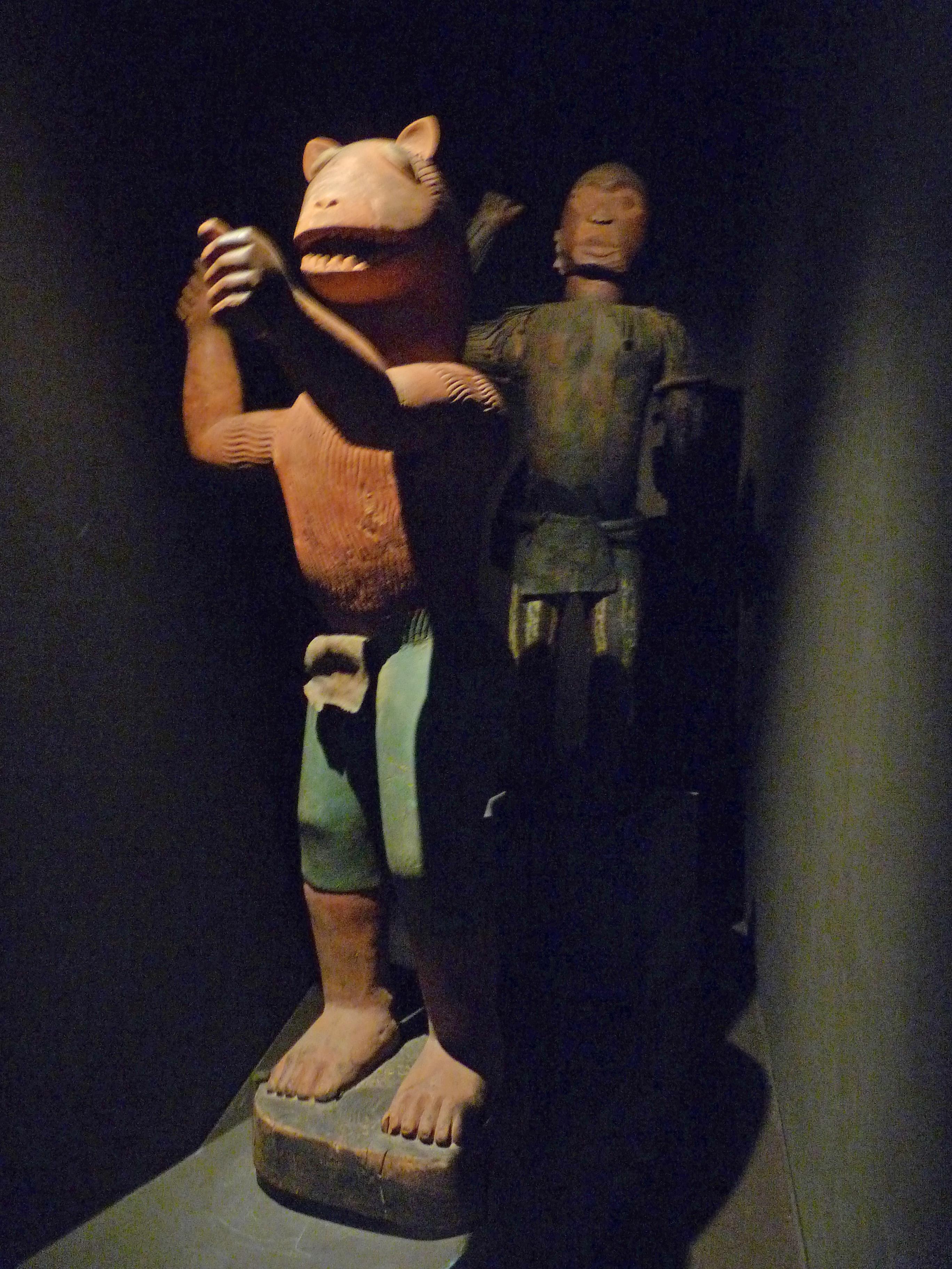 http://upload.wikimedia.org/wikipedia/commons/3/3d/Statue_du_roi_Gl%C3%A9l%C3%A9-Fon_(2).jpg