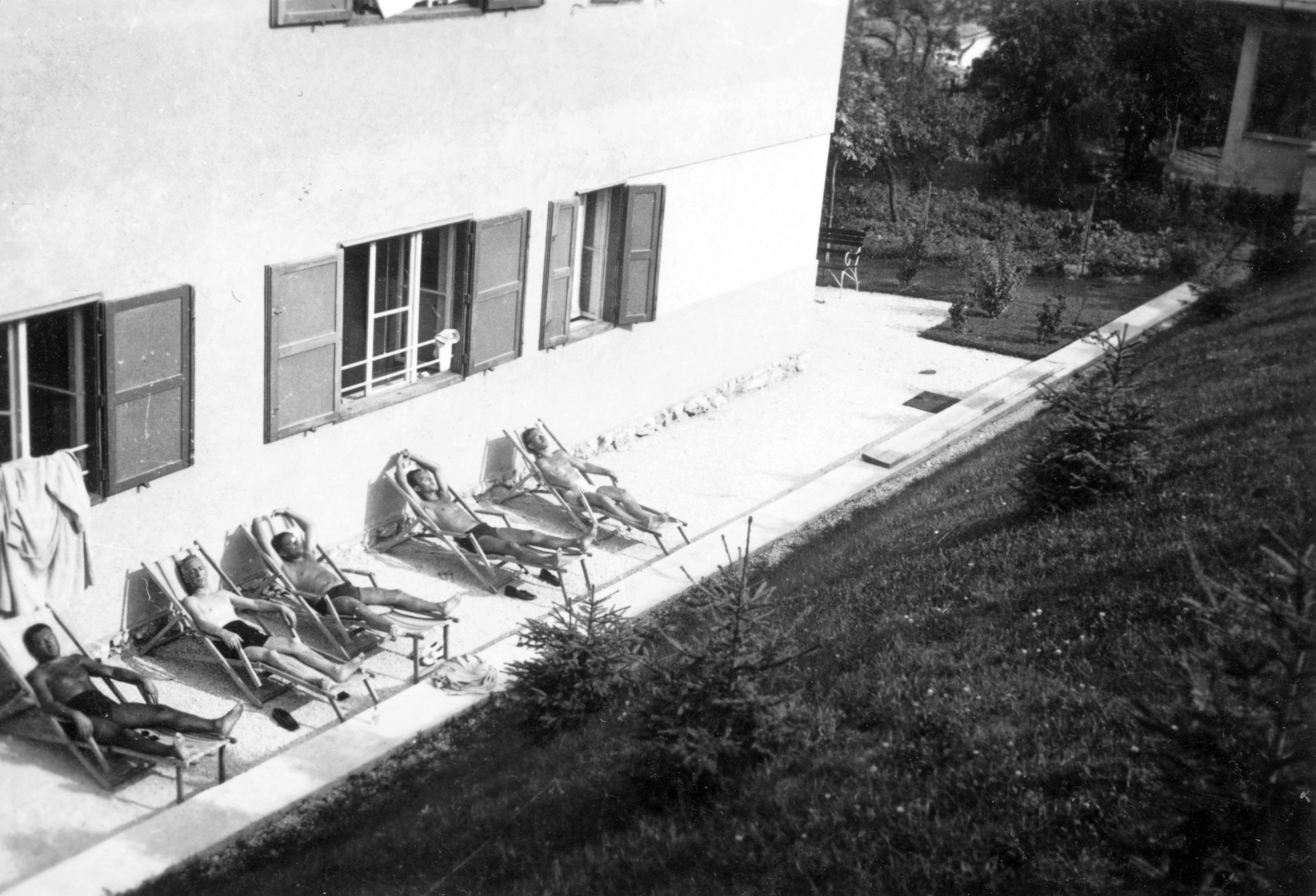 Sunbathe, deck chair, men, bathing suit Fortepan 16139.jpg Tags: sunbathe, deck chair, men, bathing suit Date 1937 Source http://www.fortepan