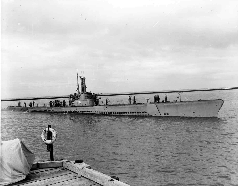 Apogon's (SS-308) heads towards dock at Submarine Base 5.