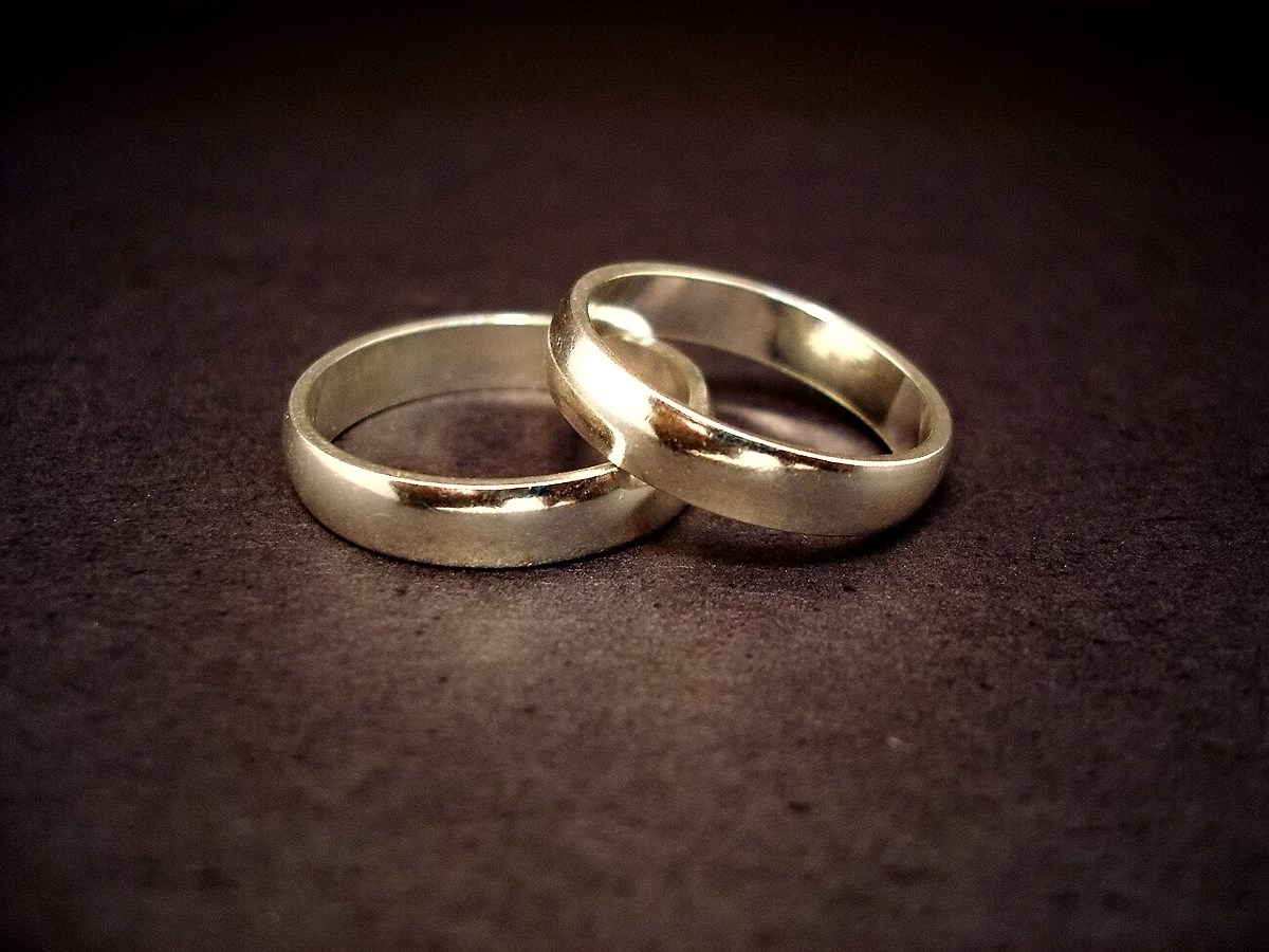 wedding rings, by Wikipedia user Jeff Belmonte, licensed by Creative Commons.