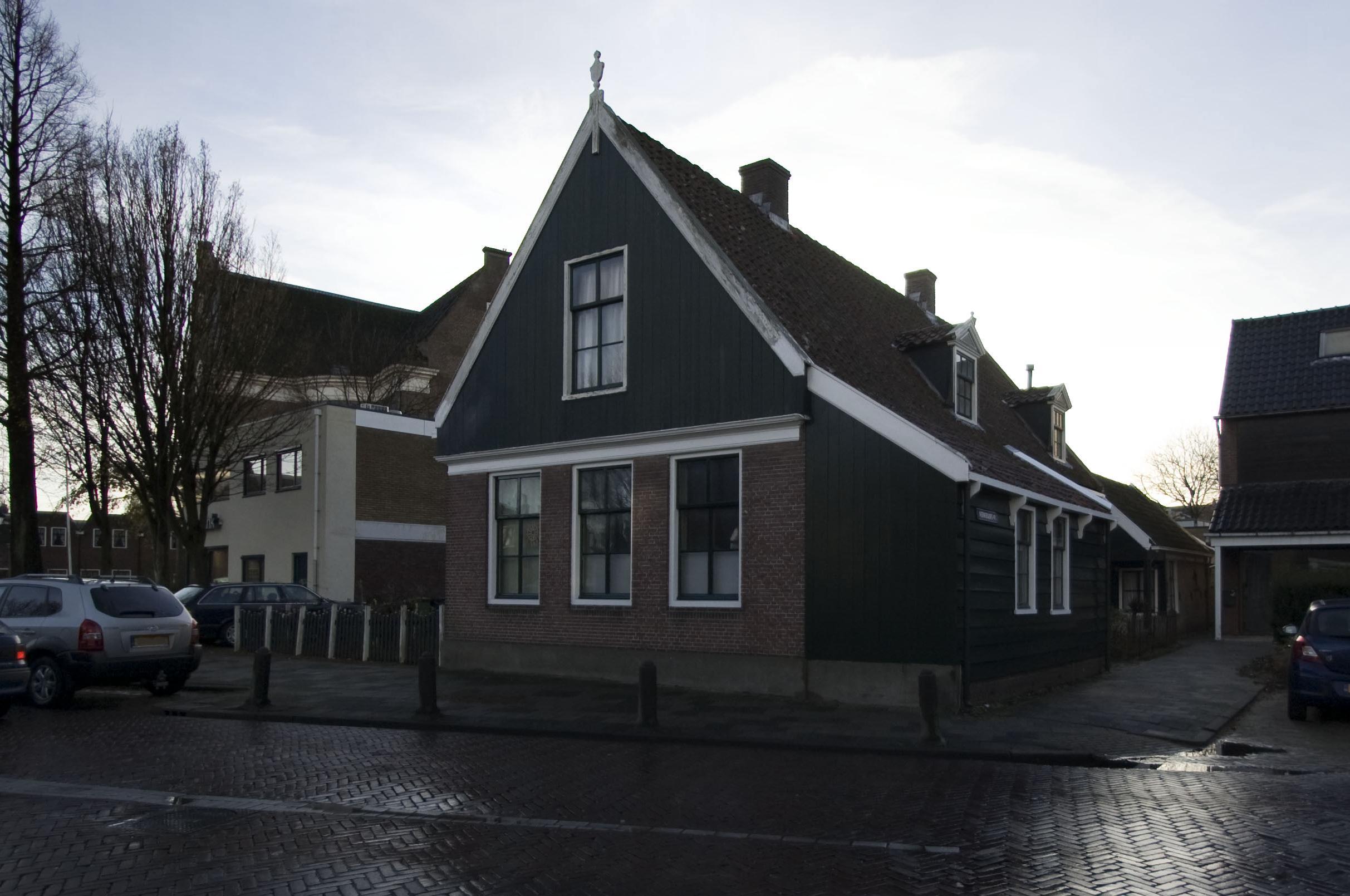Zaans huis houten met stenen voorgevel bekroond door houten voorschot in westzaan monument - Huis stenen huis ...