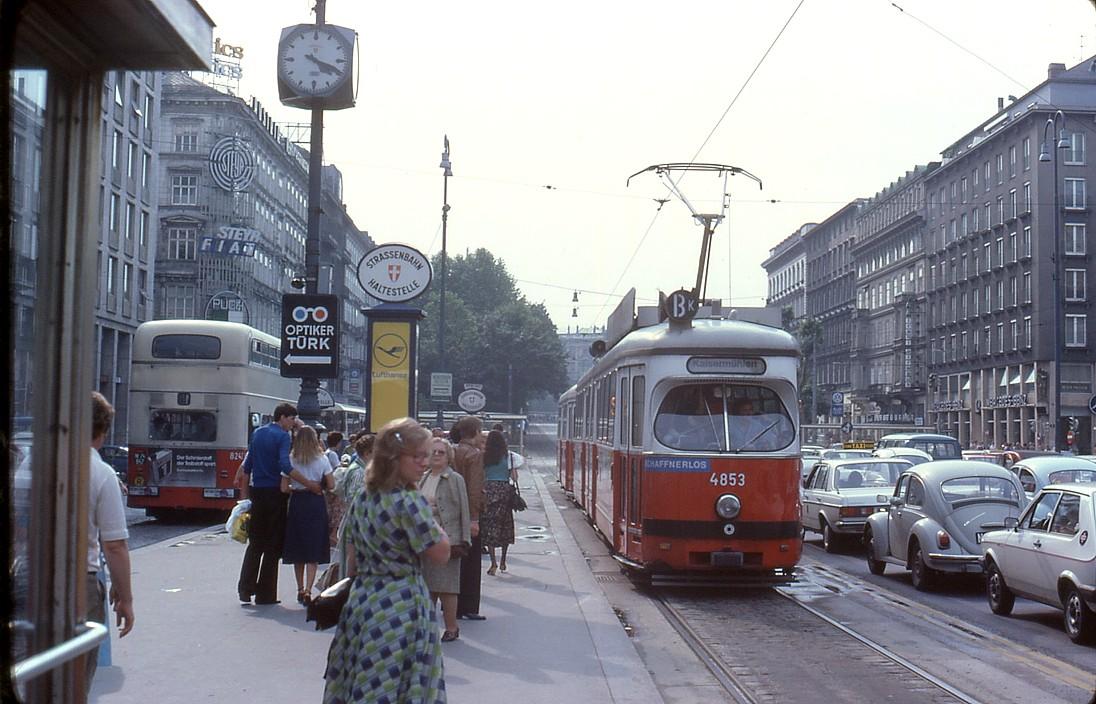 File:056R05260679 Opernring, Haltestelle Oper, Bus Linie 61A Typ DDU 8258,  Strassenbahn