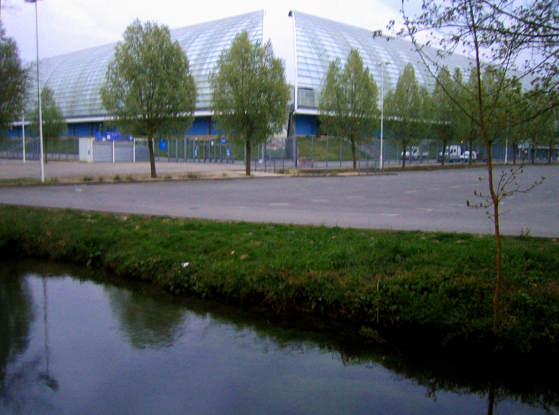 http://upload.wikimedia.org/wikipedia/commons/3/3e/Amiens_Renancourt_stade_de_la_Licorne_1.jpg