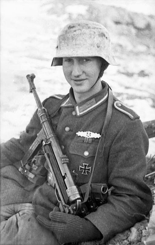 Kulturní okénko - Stránka 5 Bundesarchiv_Bild_101I-278-0899-26%2C_Russland%2C_Soldat_mit_MP_40_im_Schnee