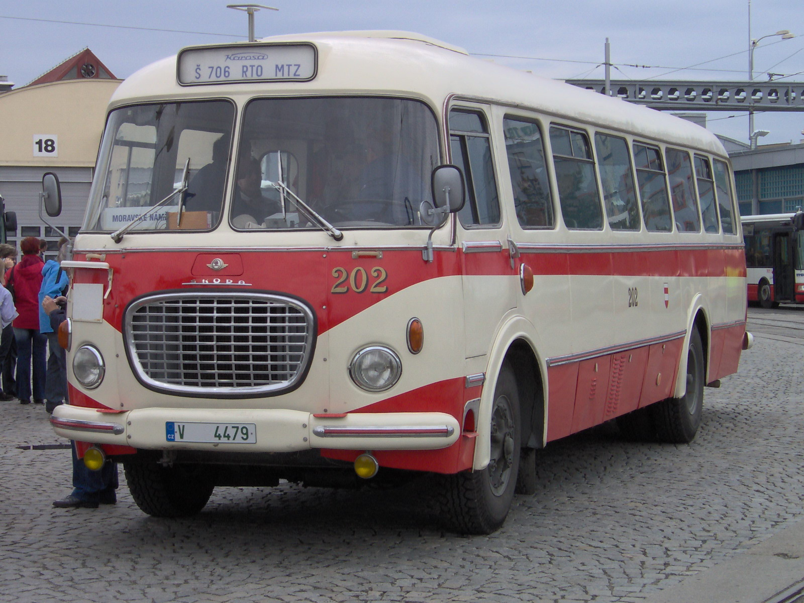 https://upload.wikimedia.org/wikipedia/commons/3/3e/Bus_706RTO_Brno.jpg