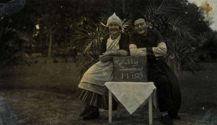 COLLECTIE TROPENMUSEUM Nieuwjaarsgroet vanuit Nederlands-Indië van de in traditionele Hollandse klederdracht gestoken Salomon Gerrit Fukken en zijn echtgenote Guurtje Bakker TMnr 60053805