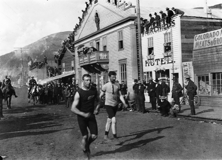 Dawson City (YT) Canada  city photos gallery : Foot race, Dawson City, YT, about 1900 Wikimedia Commons