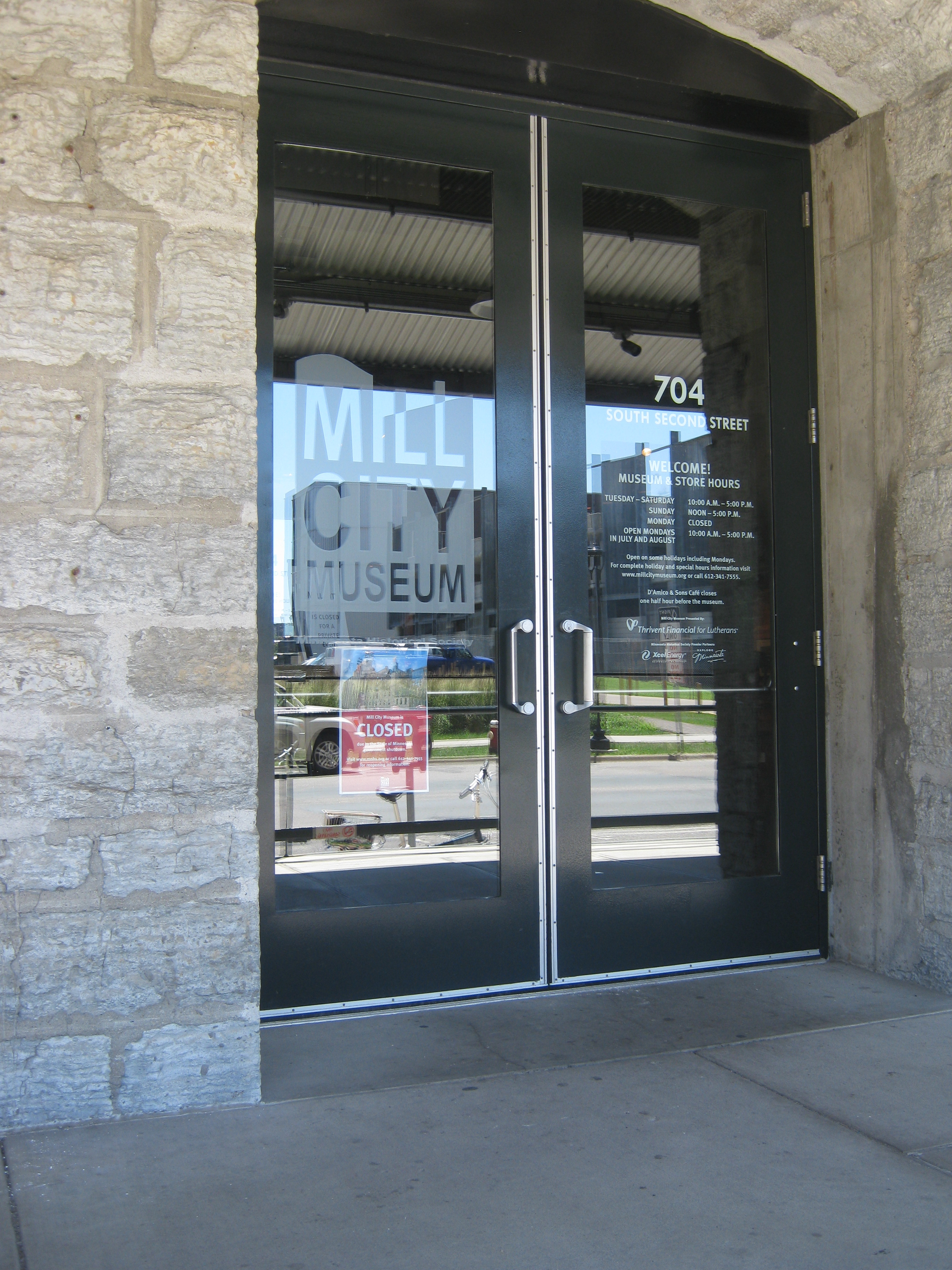 FileFront door of the Mill City Museum during the 2011 Minnesota government shutdown. & File:Front door of the Mill City Museum during the 2011 Minnesota ...